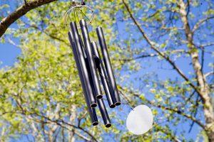 Een gong in de boom wat geluid maakt en beweegt in de wind