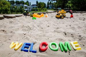 In het zand zie je de letters WELCOME voor het element aarde.