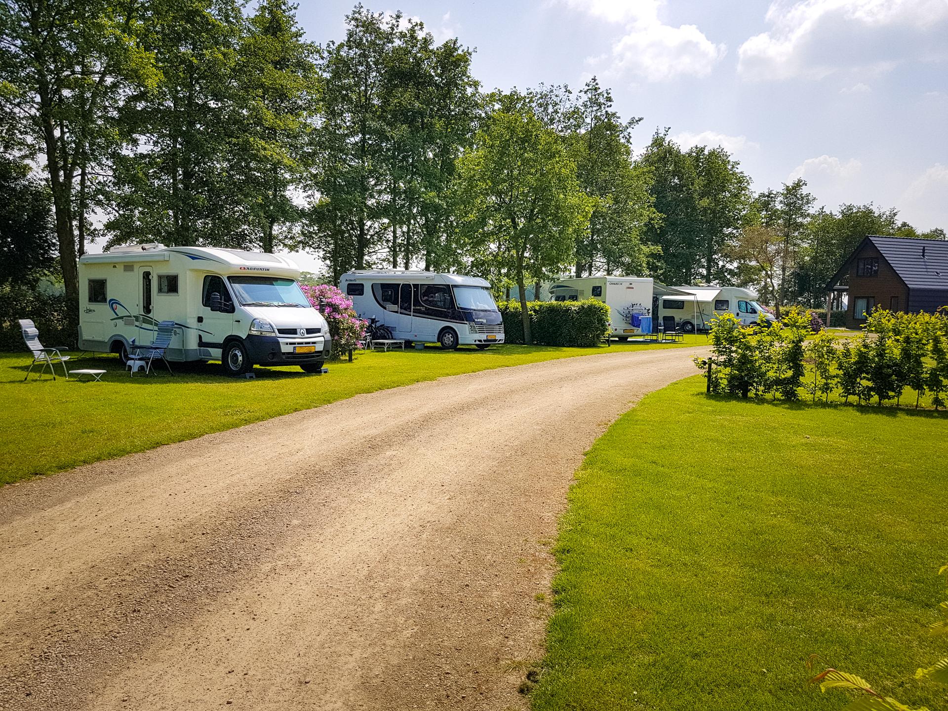 campers in het begin van de cirkel. verharde ondergrond met uitzicht over het terrein en omgeving.